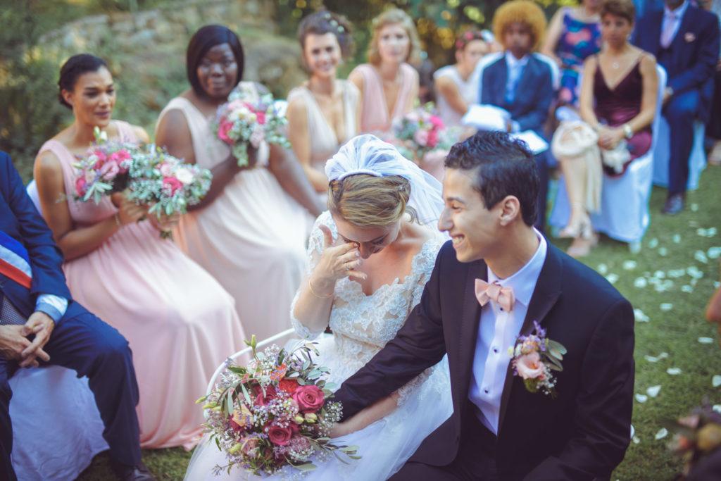 la mariée émue lors du discours de sa soeur pendant la portrait de la mariée lors de la cérémonie laïque de mariage au mas du lingousto à cuers
