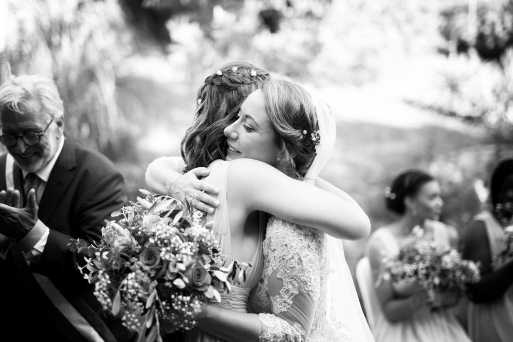 la mariée prend sa soeur dans ses bras après son discours pendant la portrait de la mariée lors de la cérémonie laïque de mariage au mas du lingousto à cuers