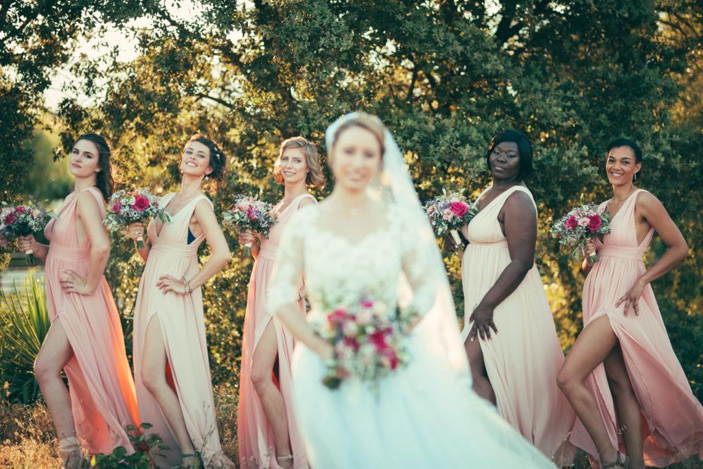 séance photo avec les démoiselles d'honneurpour un mariage au mas du lingousto à cuers