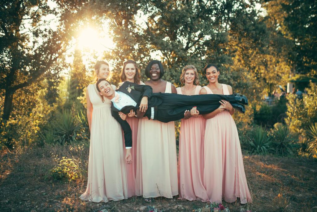 les démoiselles d'honneur portent le marié pour une séance photo au mas du lingousto à cuers