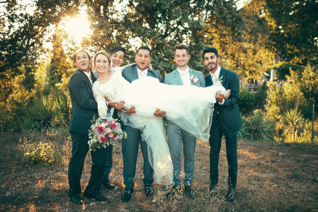 les témoins portent la mariée pour une séance photo au mas du lingousto à cuers