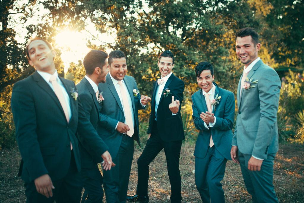 photo fun du marié qui fait un doigt d'honneur avec les témoins qui rigolent autours de lui