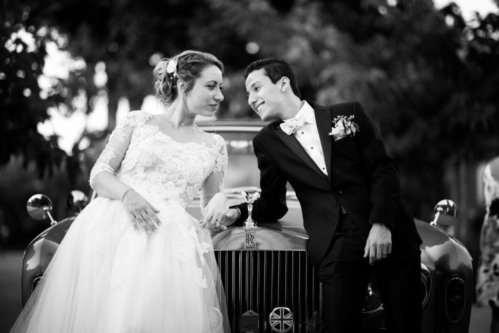les mariés posent dans une rolls royce