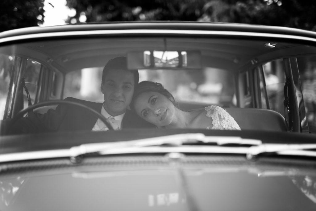 les mariés arrivent en voiture en mas du lingousto à cuers pour leur mariage