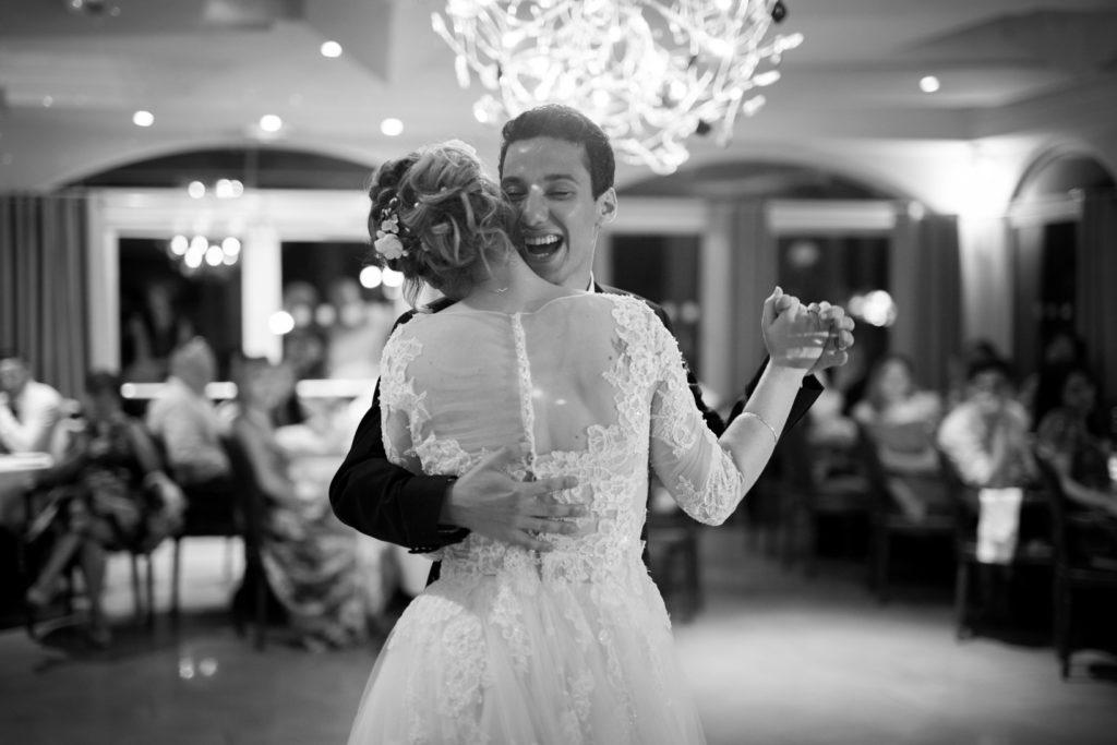 première danse des mariés dans la salle du mas du lingousto à cuers noir et blanc
