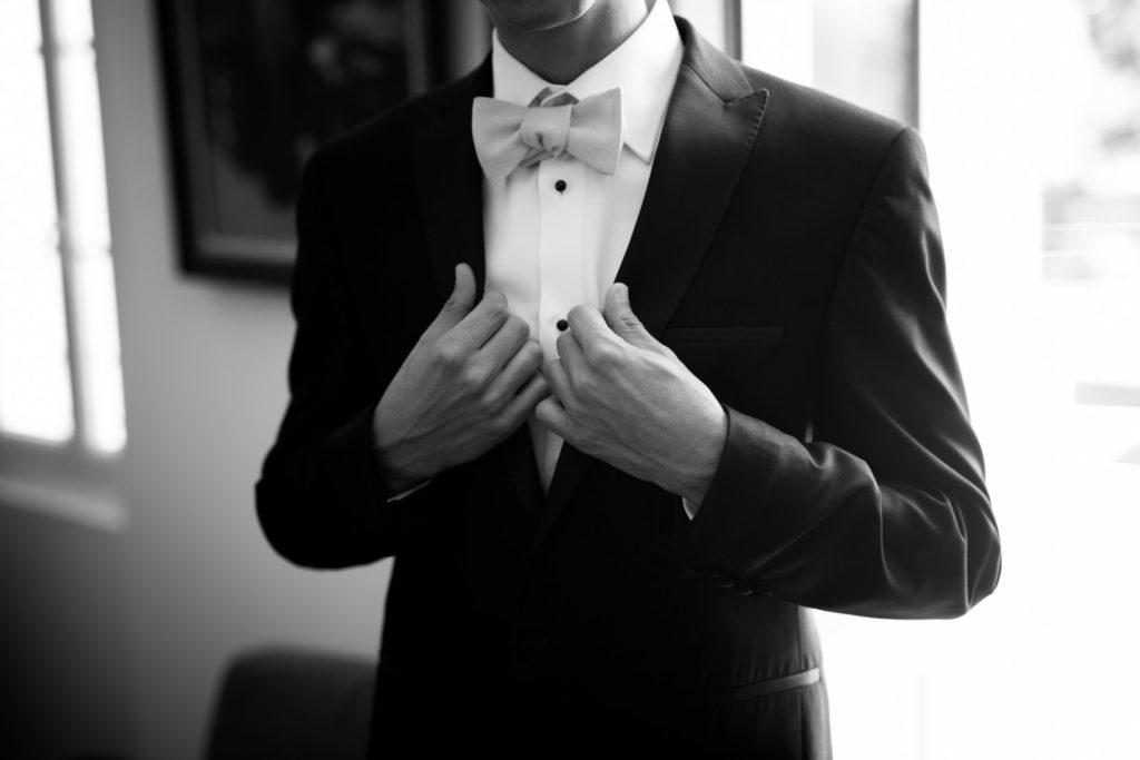 le marié vient d'enfiler son costume pour son mariage à cuers