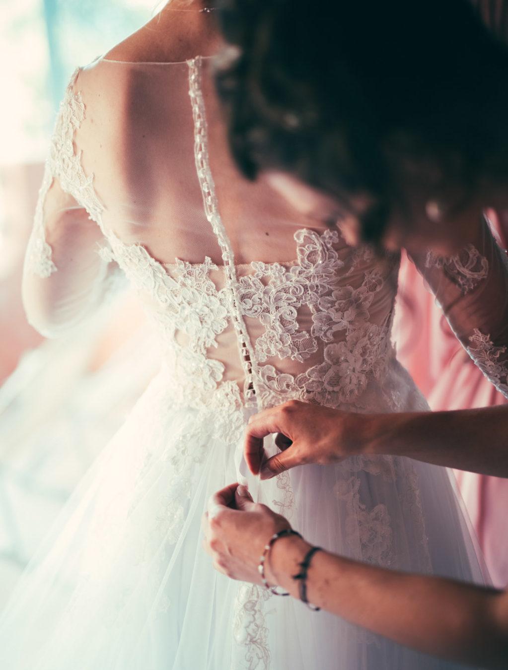 la robe de la mariée est pratiquement mise