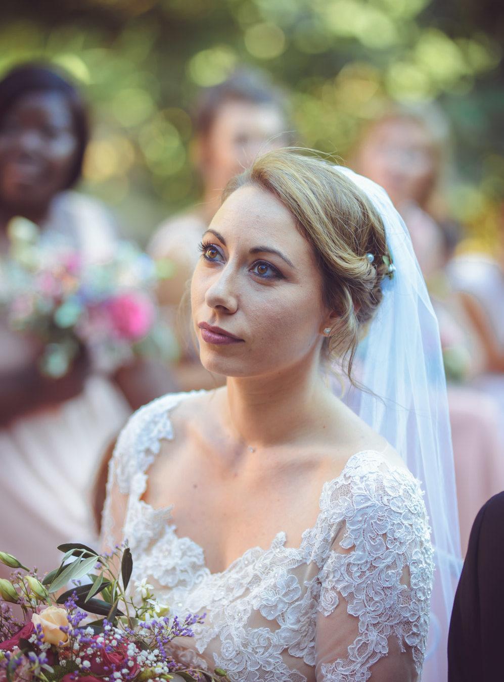 portrait de la mariée lors de la cérémonie laïque de mariage au mas du lingousto à cuers