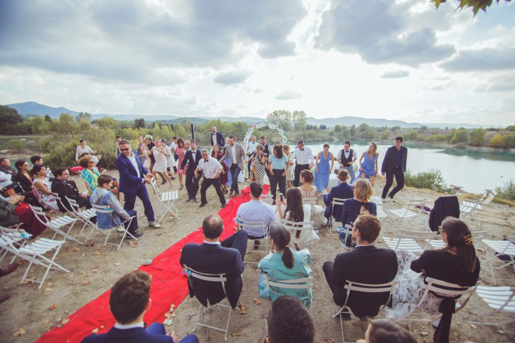 cérémonie extérieur avec une vingtaine de danseurs sur la presqu'île de réal plantain