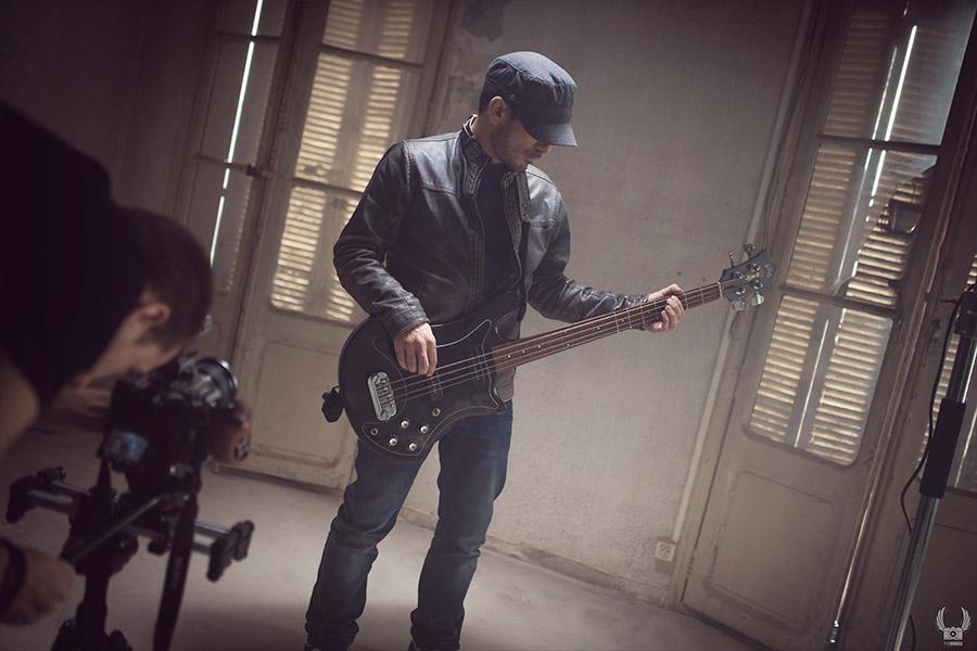 Prise du bassiste pendant le tournage d'un clip de musique à toulon pour raoul petite