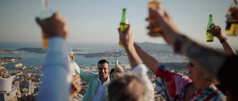Film de Mariage rock et atypique Toulon Var Provence toast avec des bières