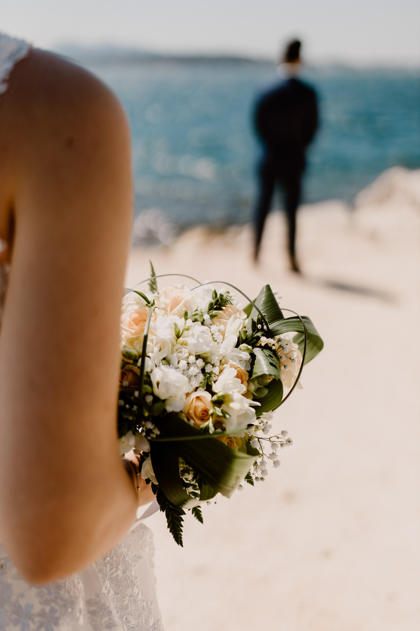 Découverte de la robe de mariée par son futur mari