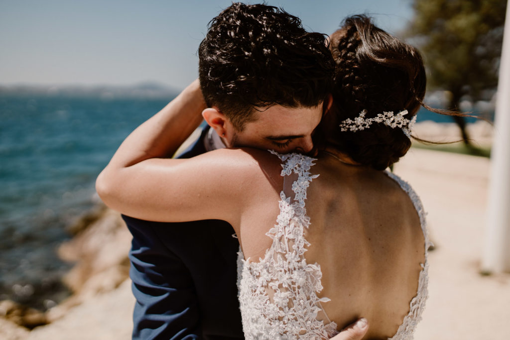 Le marié découvre son épouse et sa robe pour leur mariage à Toulon