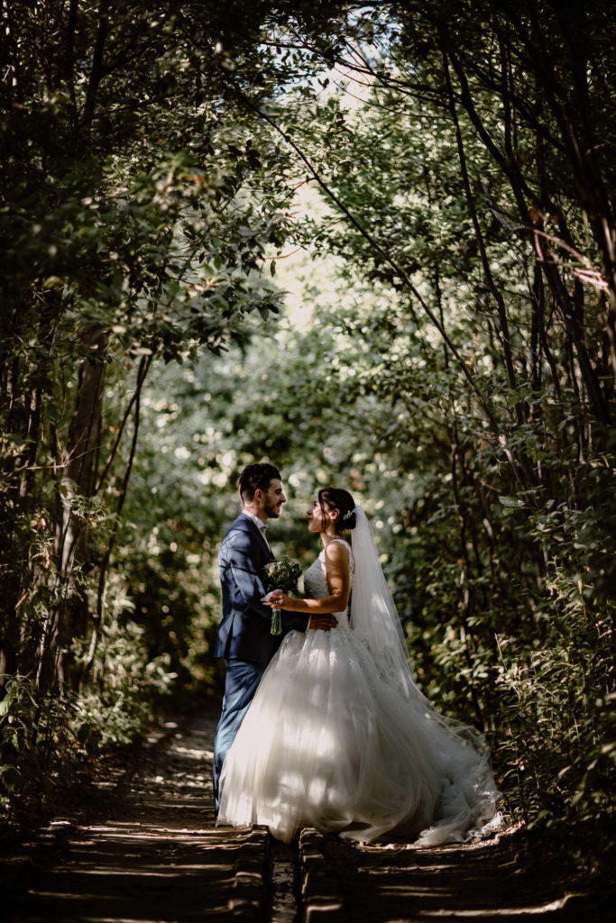 Couple marié à La Valette-du-Var au Jardin Remarquable de Baudouvin