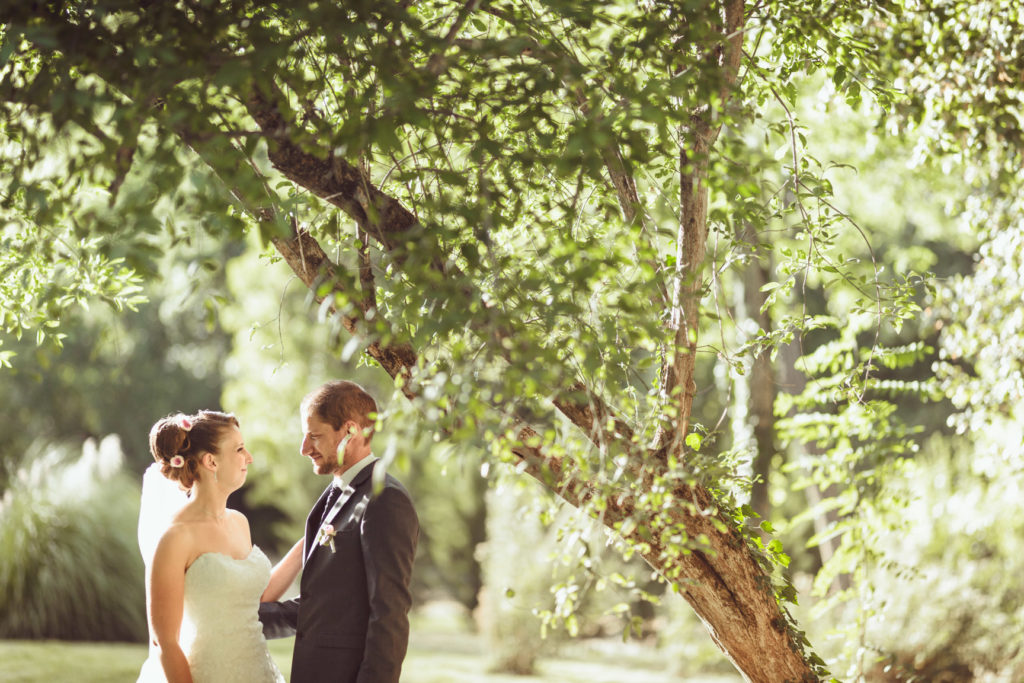 photographe de mariage à Montrieux le Vieux près du lac sous un arbre