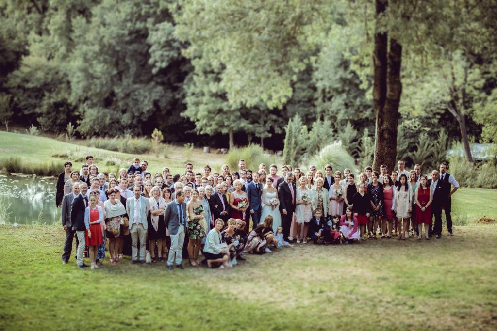Photographe de mariage à Montrieux le Vieux prend une famille entière près du lac
