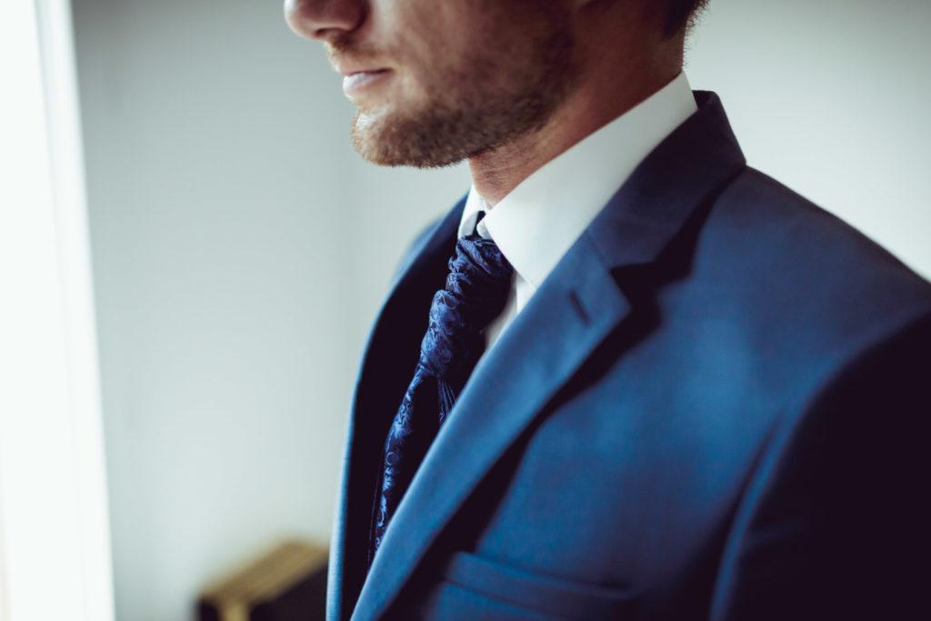 préparation du marié pour son mariage à montrieux le vieux avec costume et sa cravatte
