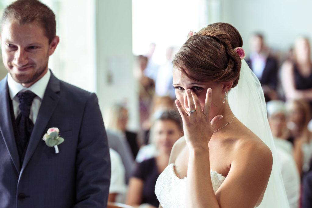la mariée est émue à la mairie pour son mariage