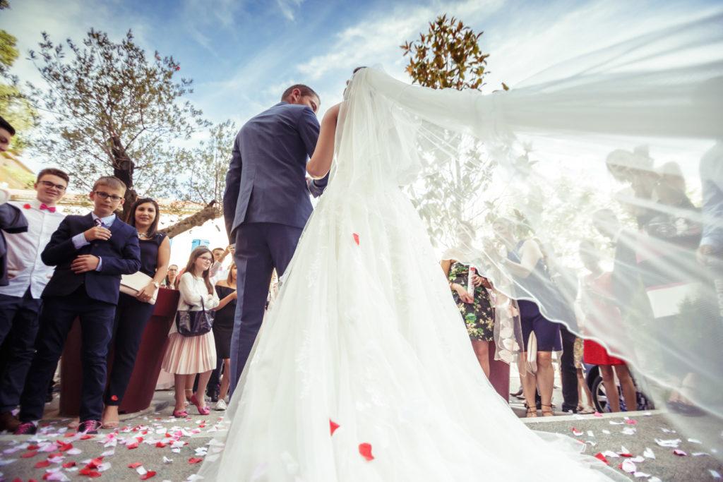 photo des mariés après être sorties de la mairie