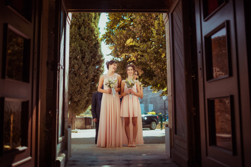 les témoins des mariés attendant pour rentrer dans l'église