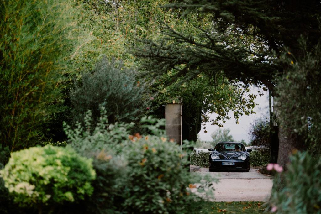 arrivée en voiture au moulin des gaffins mariage en provence