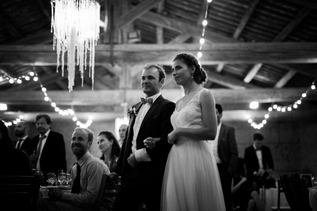 mariage au moulin des gaffins en provence noir et blanc pendant un discours