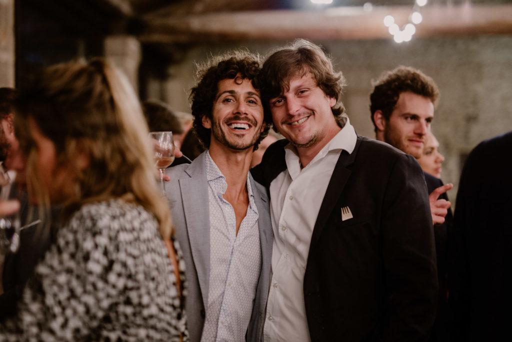 invités au cocktails du mariage au moulin des gaffins en provence