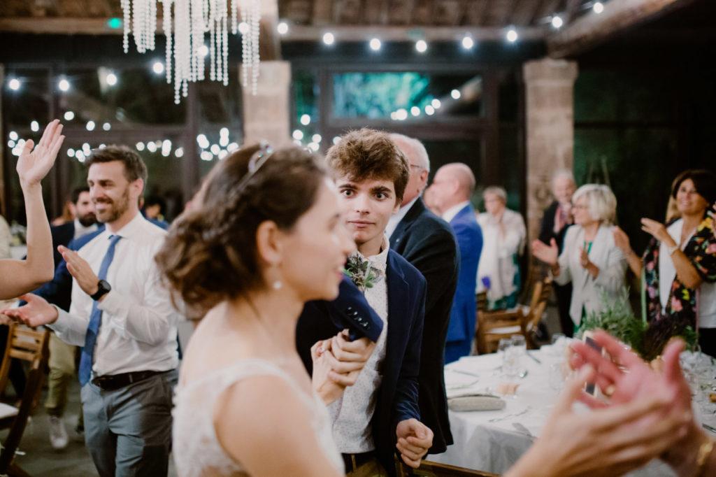 entrée des mariés dans la salle de réception moulin des gaffins mariage en provence