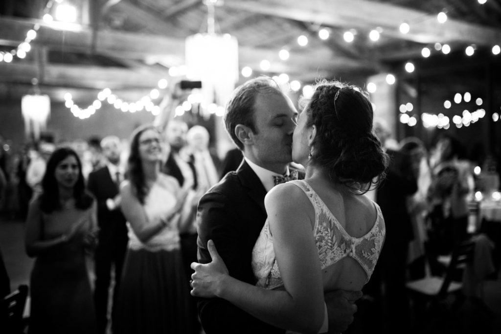 mariage au moulin des gaffins en provence noir et blanc