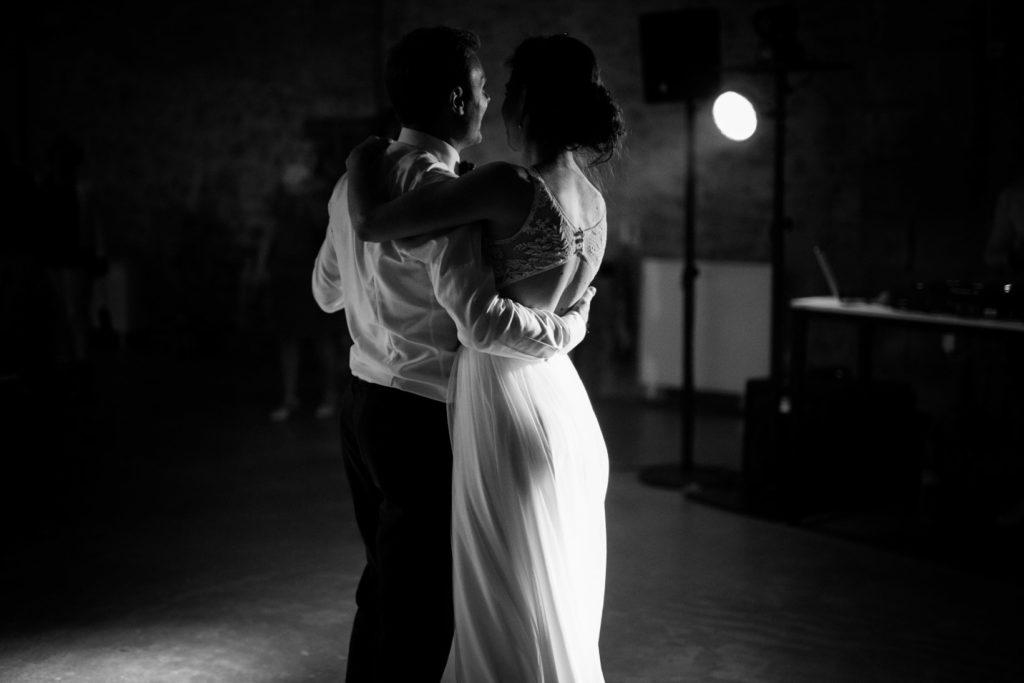 première danse pendant mariage au moulin des gaffins en provence