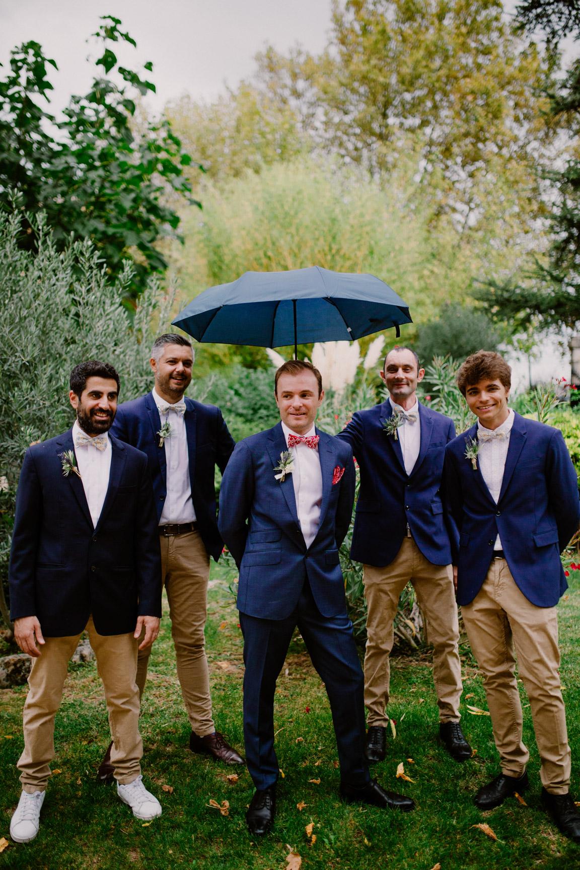 mariage en provence avec les témoins sous la pluie au moulins des gaffins
