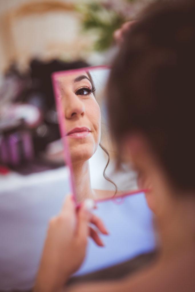 regard furtir à travers le miroir lors de la préparation d'un mariage en provence