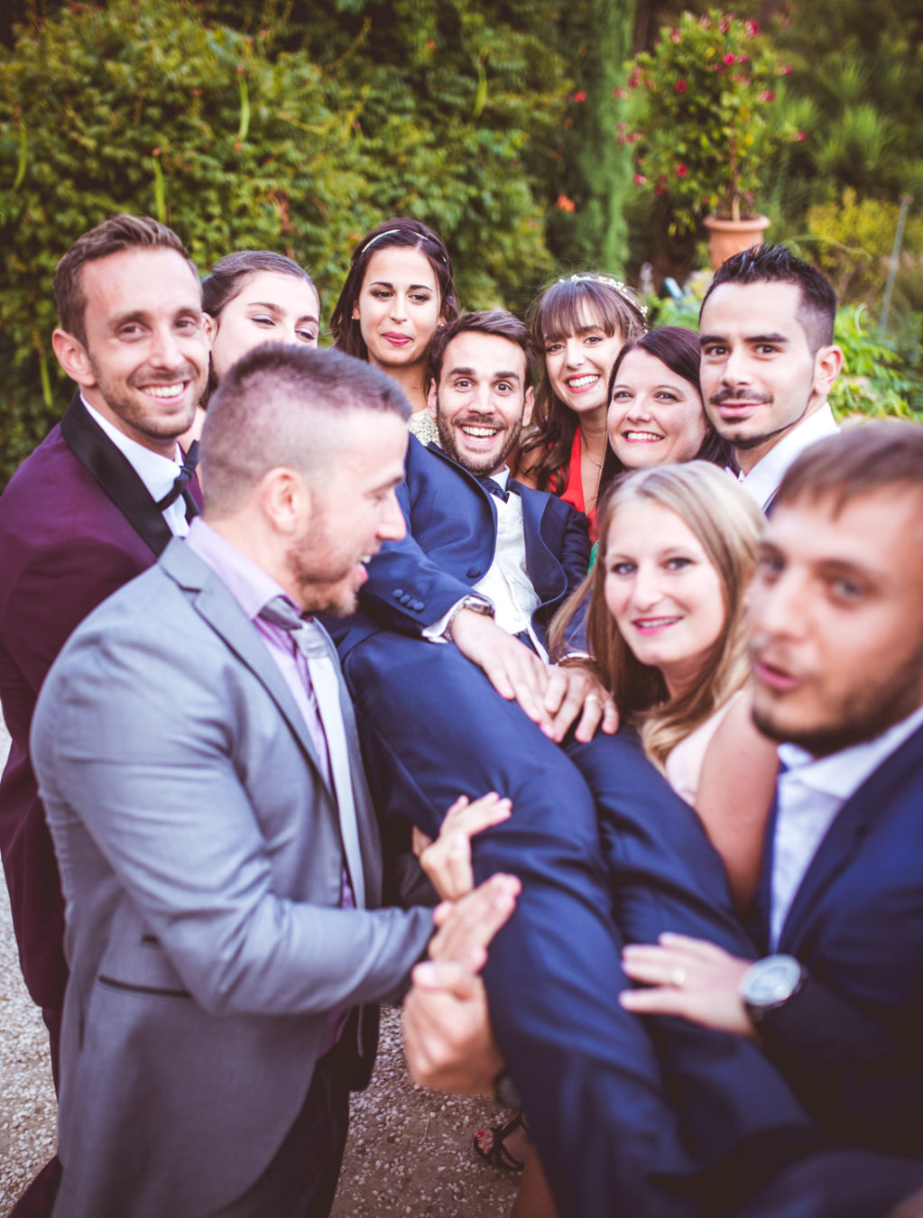 photo de groupe pour un mariage aux pins penchés à toulon avec les invités