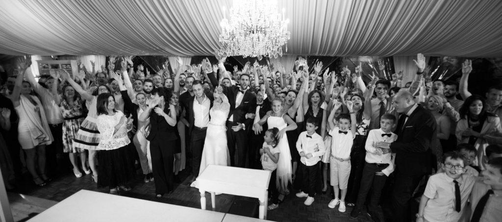 photo de groupe dans la salle pour un mariage aux pins penchés à toulon