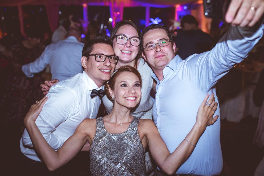 photo d'invités à la soirée d'un mariage aux pins penchés à toulon