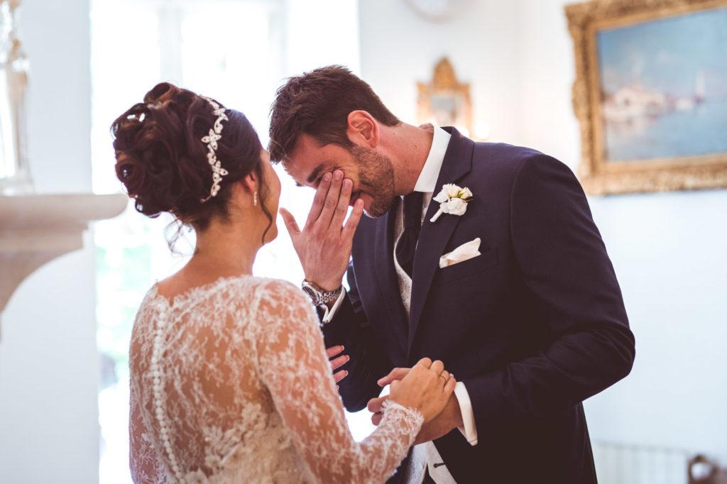 le marié pleure après la découverte de la robe de sa future épouse
