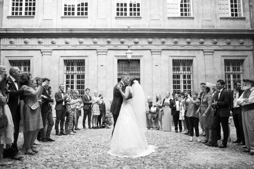 photographe de mariage aix en provence sortie de la mairie