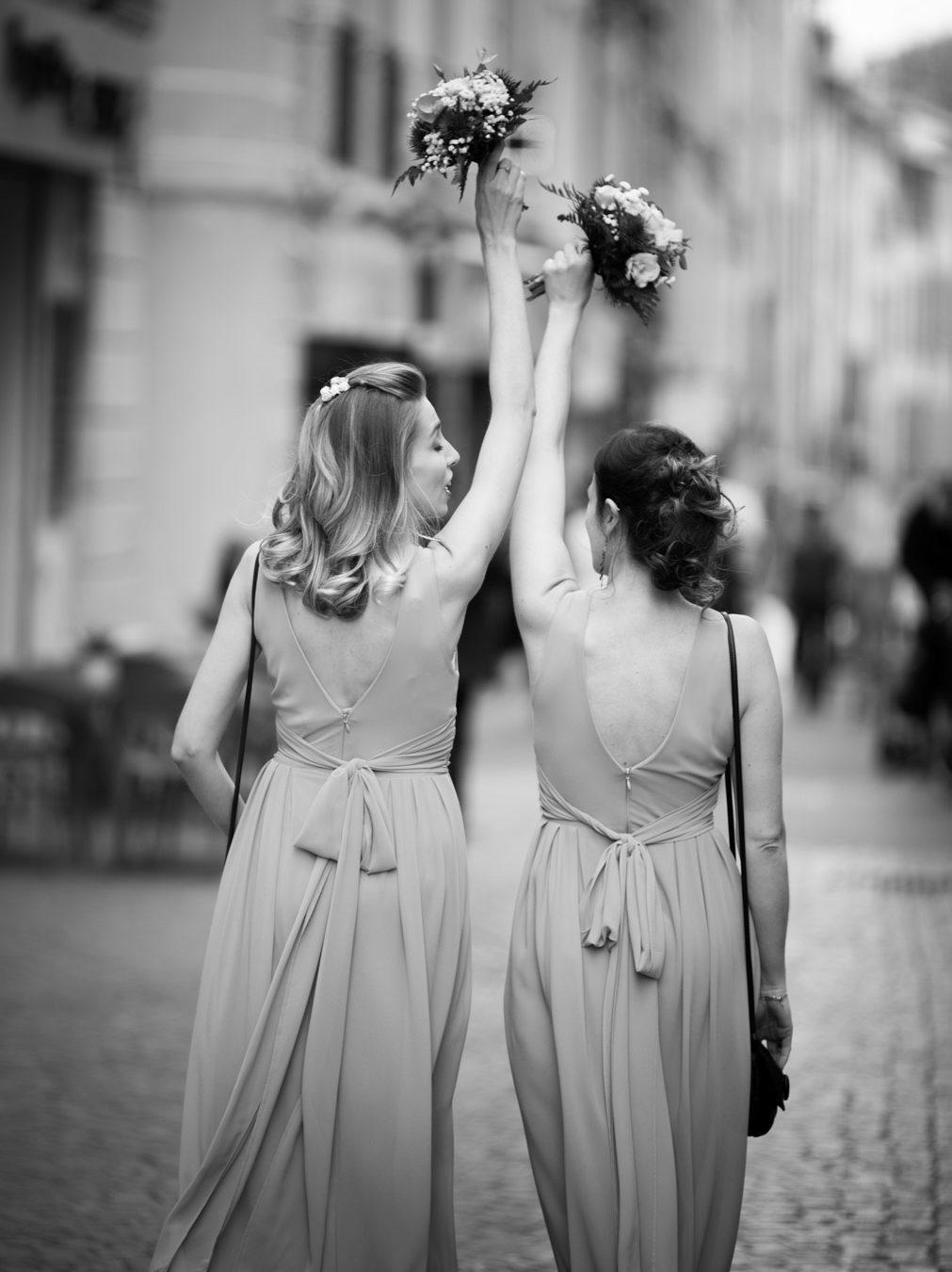 les demoiselles d'honneur mènent le cortège depuis la mairie d'aix en provence jusqu'au pavillon vendome