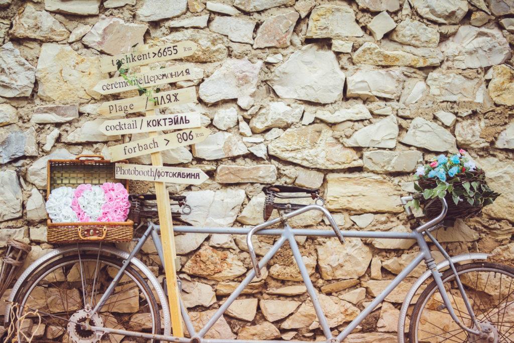 vélo et panneau qui servent de décoration pour un mariage sur la presqu'île de real plantain