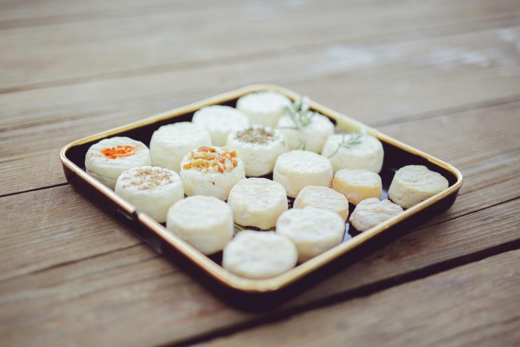 pause déjeuner avec des fromages frais