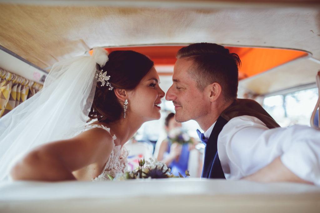 portrait des mariés avant qu'ils s'embrassent