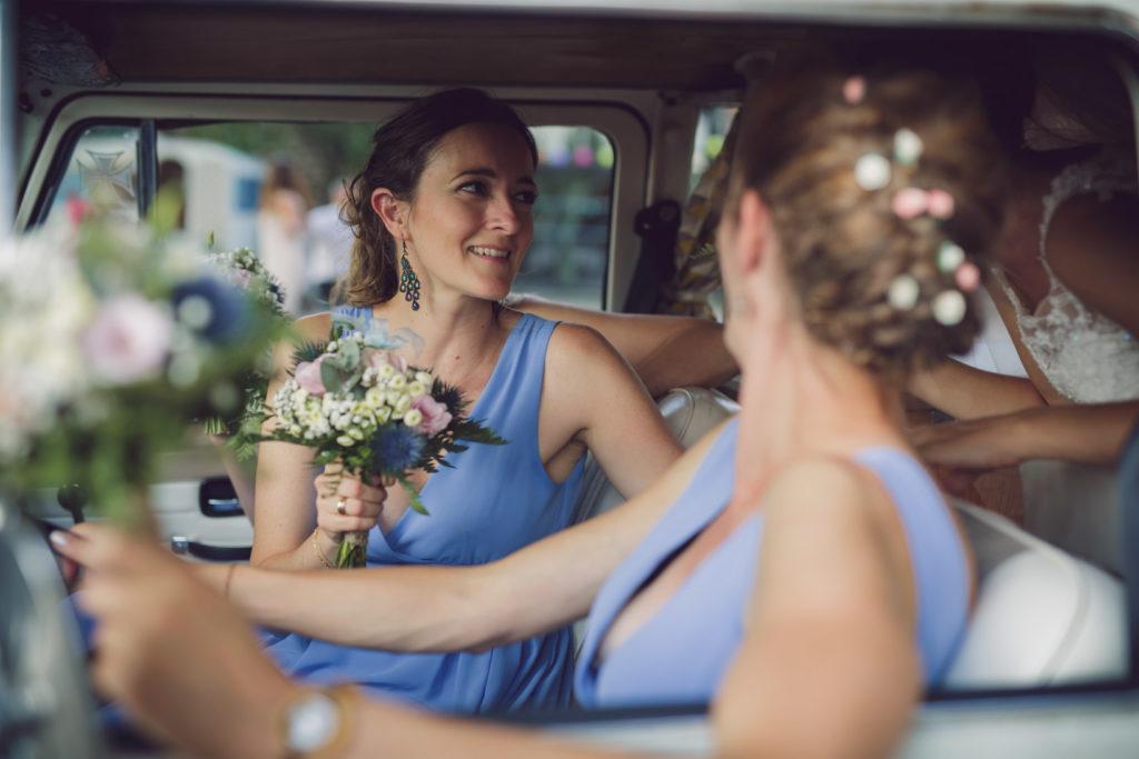 photo portrait d'une demoiselle d'honneur dans le van décoré sur la presqu'île de real plantain