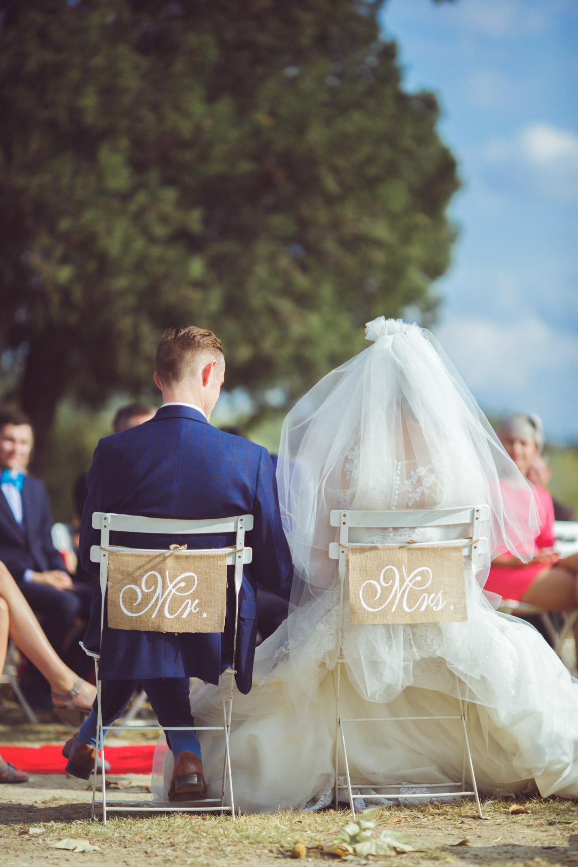 chaises décorées pour la cérémonie d'un mariage sur la presqu'île de real plantain