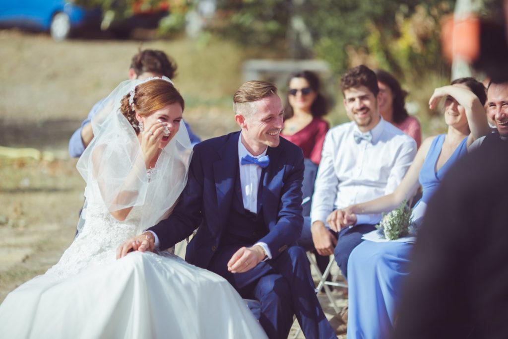 les mariés rigolent et pleurent durant la cérémonie de leur mariage sur la presqu'île de real plantain