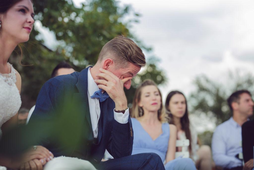 portrait du marié en pleurs leur de la cérémonie extérieur de son mariage sur la presqu'île de réal plantain