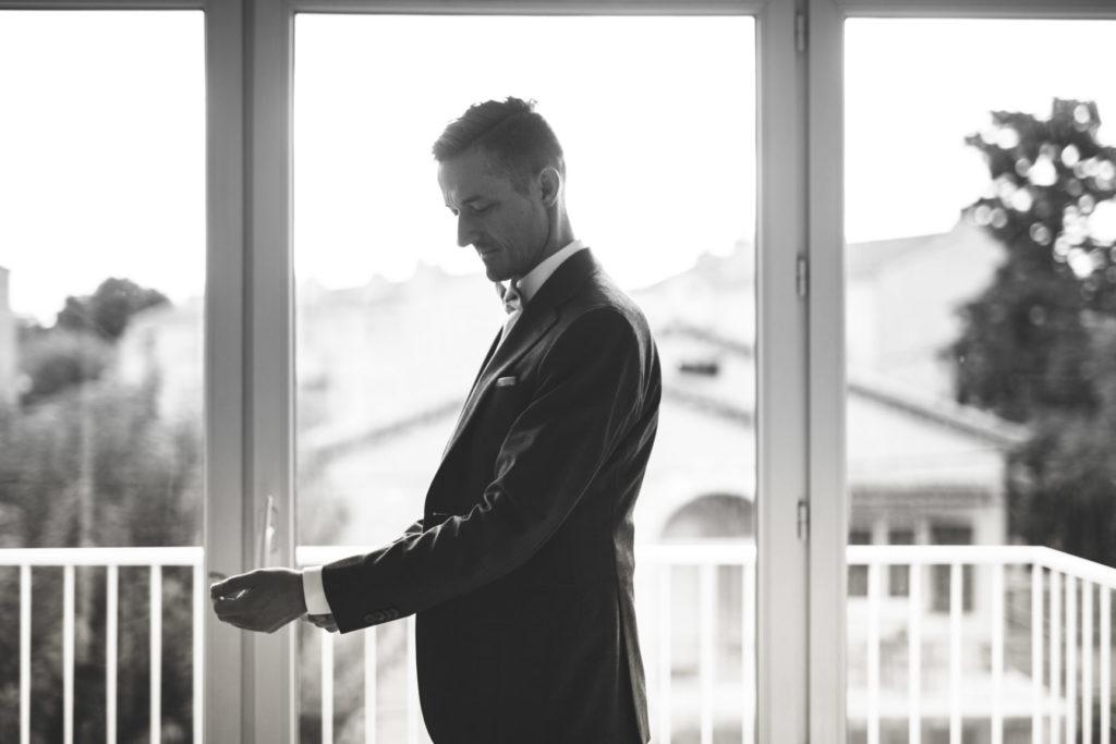 le marié finit de se préparer avant son mariage à la mairie d'aix en provence