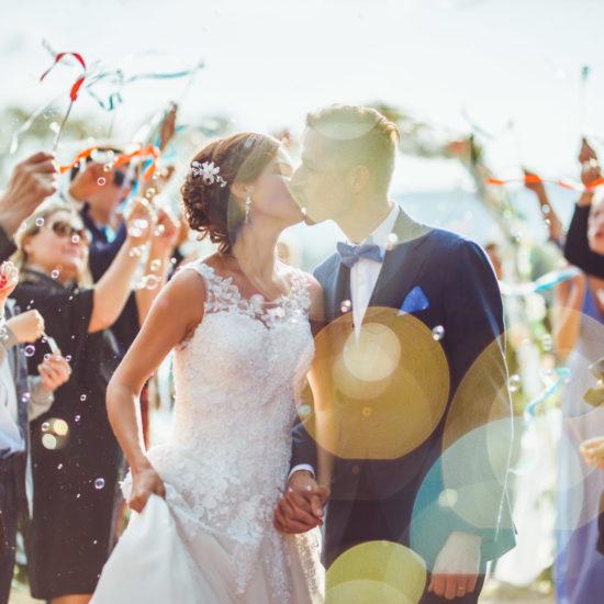 un baiser immortalisé par the birdies photographe de mariage en provence