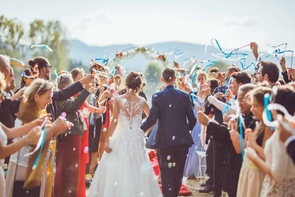 les mariés arrivent à la cérémonie de leur mariage sur la presqu'île de real plantain