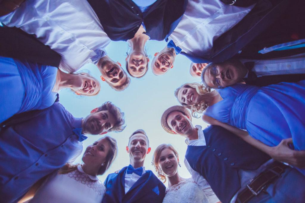 photo fun de groupe, avec les mariés et les témoins qui regardent l'objectif
