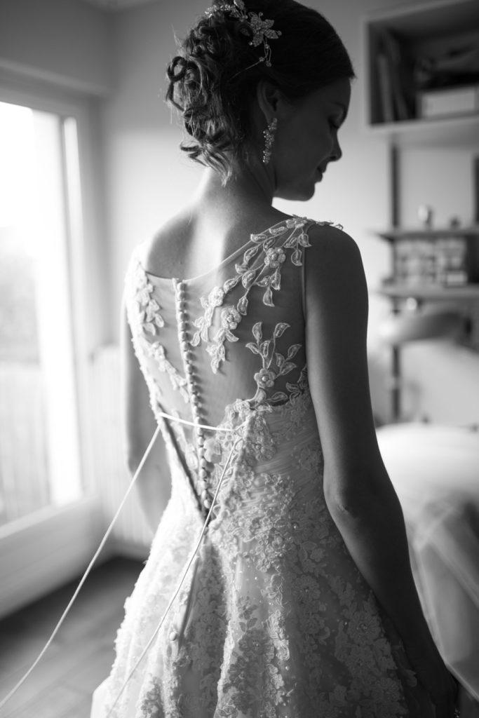 préparation de la marié avec sa robe